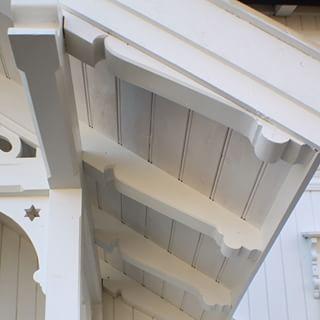 #sveitserhus #sveitserstil #bislag - detalj sperrer / perlefaspanel fra…