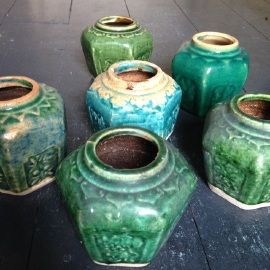 Deze oude gemberpotten hebben stuk voor stuk ;prachtige kleuren. We hebben slechts een beperkte voorraad.