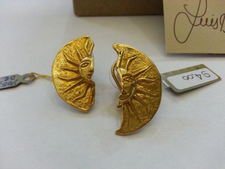 I gioielli Luis Alberto Cano sono realizzati in Tumbaga, un'antica lega precolombiana. Ogni monile viene rivestito con cinque coperture di oro 24Kt cui seguono tre patine d'oro, che donano al gioiello un colore intenso e pastoso. La qualità dei materiali utilizzati e il pregio della lavorazione è tale che i gioielli sono garantiti a vita.