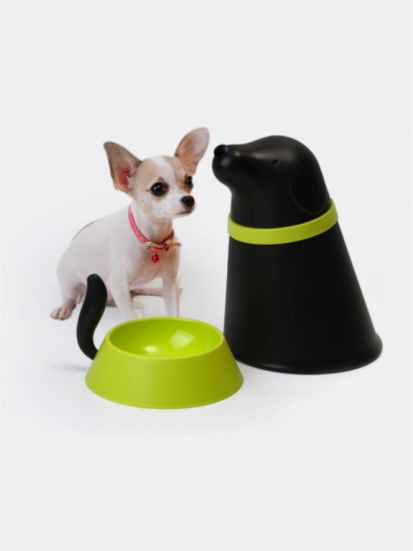 Voerbak PUPP Zwart Qualy. Deze voerbak is tevens ook een opslag voor het voedsel van uw hondje. Onder de romp zit een praktisch voederbakje. Aan dit voederbakje zit een staart zodat u het bakje makkelijk kan verplaatsen. De romp van de voerbak is hol, houdt het voedsel droog en schoon, en hier past ongeveer 2 liter gedroogd voedsel in. Wanneer het etenstijd is voor uw kat kunt u makkelijk de kop van de romp afhalen en wat brokjes in het voerbakje schudden.