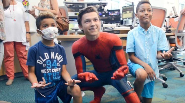 新スパイダーマンを演じるトムホランドがコスチューム姿で病院を訪問