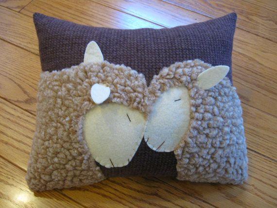 Cet oreiller possède deux moutons très affectueux. Celui-ci, également fondée sur une photographie de vrais moutons ma inspiré pour faire cet oreiller touchant. Pour les amoureux de mouton en vous ou pour quelquun que vous connaissez, il serait un oreiller unique et merveilleux à ajouter à votre maison.    Cousu main et fait en laine brune, il mesure 9 « x 11 ». Elle est farcie de bourre polyester et provient dune maison sans animaux et fumée.