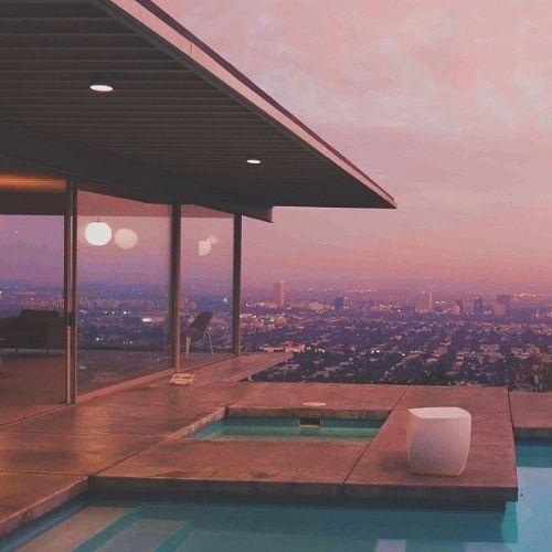 CALIFÓRNIA, EUA: Casa do pós-guerra torna-se ícone e descortina vista de Los Angeles