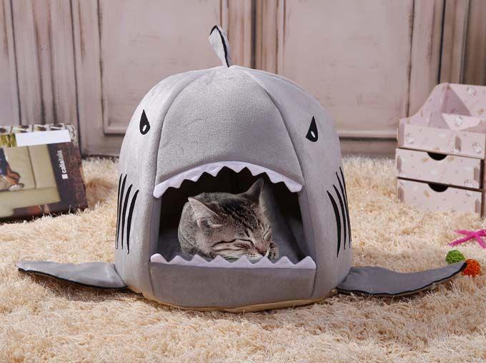 Misschien is dit wel een beetje de wereld op zijn kop: een vis die een kat opslokt. Maar een haai is natuurlijk ook net iets gevaarlijker dan een doorsnee goudvis. Je kat zelf zal het wellicht niet aan haar hart laten komen. De drang om te slapen en te luieren is vele malen groter dan het mogelijke gevaar. En al helemaal met zo'n donzig zacht kussen gevuld met hoogwaardig katoen! Deze schattige haaieniglo is trouwens niet enkel geschikt voor katten, maar ook voor (kleinere) honden.