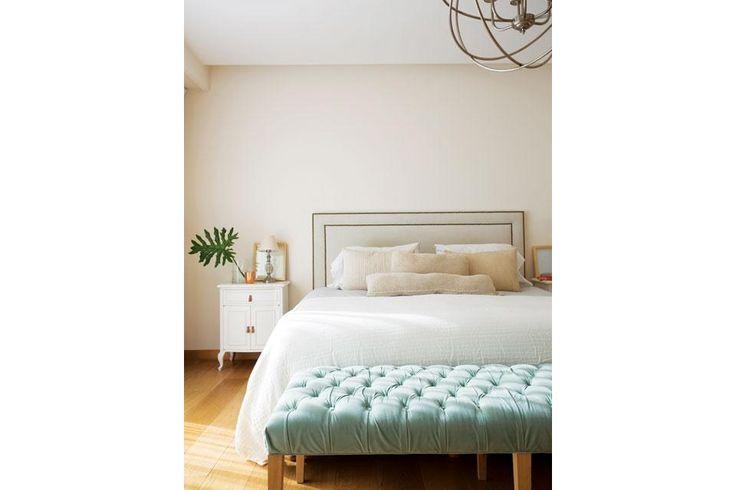 Una casa decorada para no pasar de moda El respaldo de la cama está tapizado en pana con tachas (Loly Albasini) y combina con los almohadones (Negro House