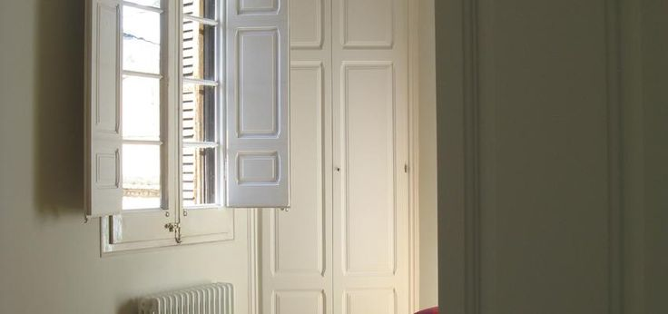 Dormitorio estilo tradicional color blanco, plateado diseñado por Estudi de Arquitectura & Eficiencia Energètica GPA S.L | Arquitecto Técnico | Copyright gpa Arquitectura