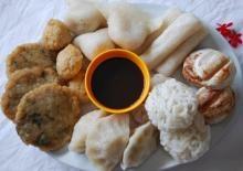 Pempek adalah makanan asli Palembang. Penggemar makanan ini banyak sekali, dan ternyata cara membuatnya mudah. Bahan dasar makanan ini adalah ikan tenggiri yang pastinya banyak sekali ditemui di pasar tradisional dan modern. Yuk kita coba resepnya..