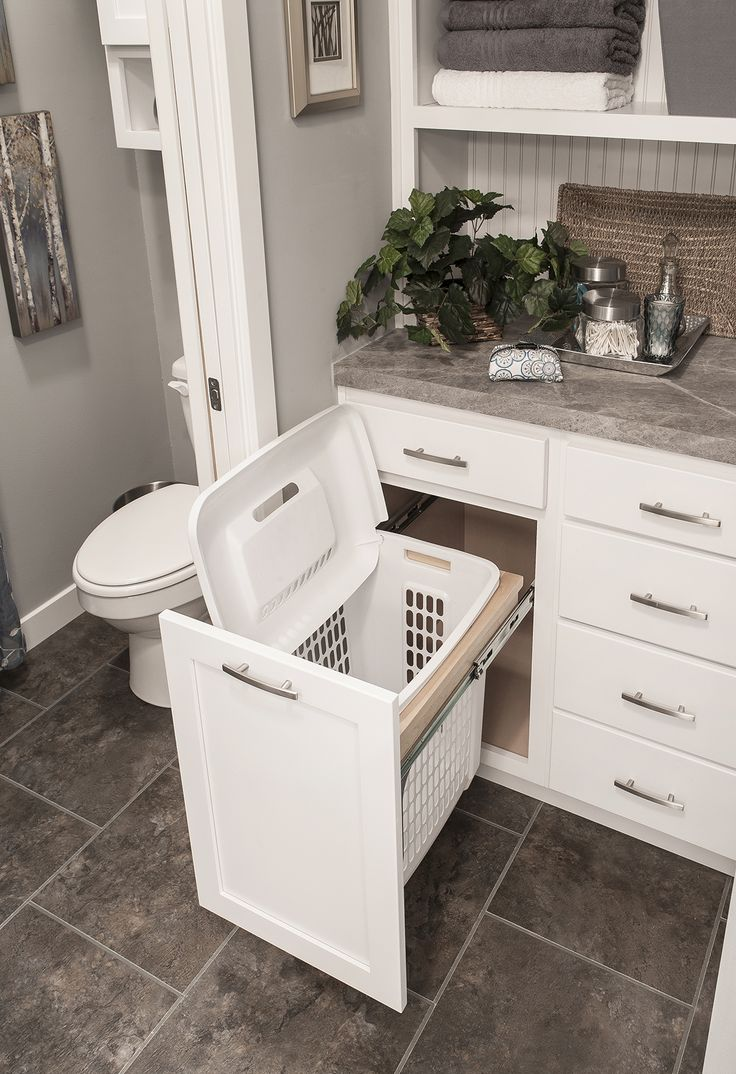 Un espace réservé à la corbeille à linge dans la salle de bain