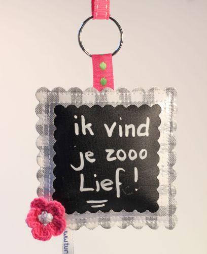 Superleuke sleutelhanger! gemaakt van tafelzeil. Op het krijtbordzeil kun je schrijven met het krijtje en je kunt het ook weer weg vegen! Je eigen tekst op je sleutelhanger! www.yip4you.nl  Awesome keychain! Handmade of oilcloth. With the small chalk you can write on the chalkboard area. And wipe it off if you want to change the text. www.yip4you.nl
