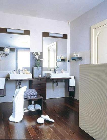 Disponer de dos lavabos en vez de uno, sustituir la bañera por una ducha, poner un mueble a medida para multiplicar el espacio, elegir acabados y colores. Toma nota.