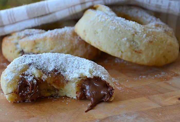 Les Ciambelline au Nutella sont des petits beignets cuits au four, farcis avec la pâte à tartiner vedette dans le Piémont, en Italie et dans le monde entie