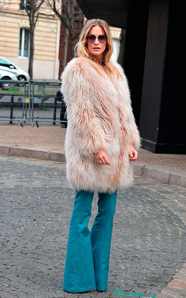 Street style look com maxi casaco peludo rosa e calça jeans flare.