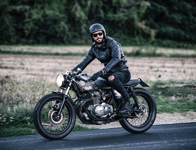 #cb400 #caferacer #leatherjacket #gloves #dainese #rayban #custom #hondacb400 #riders #honda #moto #vintage #ss #super #motorcycle #ottonero #epoca #motorbike #hondacaferacer #bratcafe #tuscany #italy #landscape #landscapephotography #beard #beardman #caferacerxxx #road #freemind #biltwell