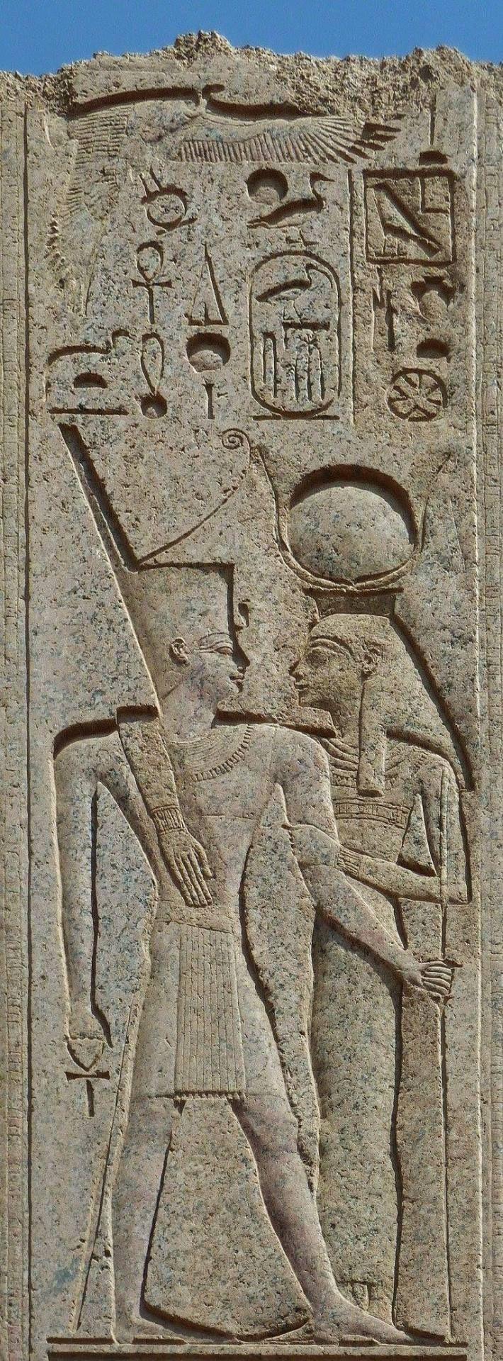 Relieve en TEMPLO DE AMON RA en Karnak. Representa a la diosa HATHOR abrazando a AMENHOTEP III portando la corona roja del Bajo Egipto. Noveno faraón de la Dinastía XVIII del Imperio Nuevo. Reinado 1391 a 1353 a.C. Padre de Akenatón y abuelo de Tutankamón.