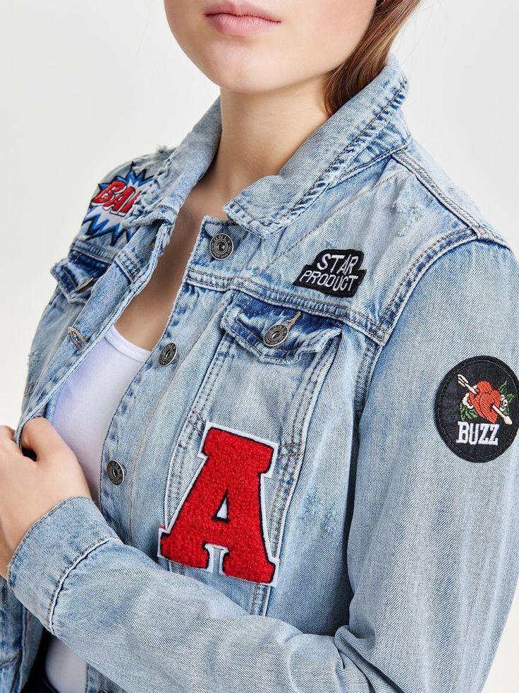 """In Anlehnung an die gute alte """"Kutte"""" kombiniert die Jeansjacke von Only den klassisch-rockigen Style mit dem Toptrend """"Patches"""". Passt super zur Skinny-Jeans oder Röcken in allen Längen!"""