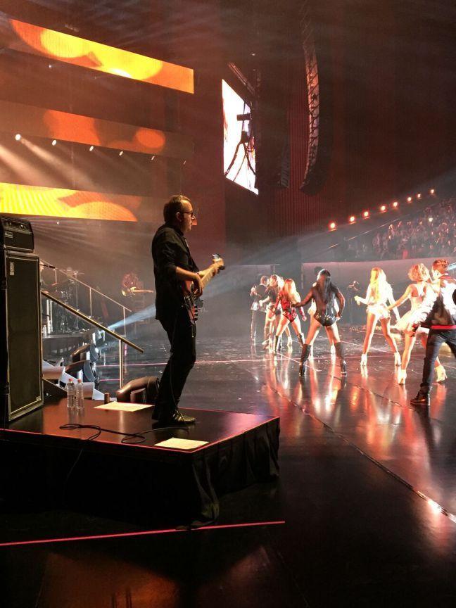 Diversión en el escenario del Auditorio Nacional. Masterfrenc Francesco Chiari suena el bajo en la gira Dejavu de Jeans