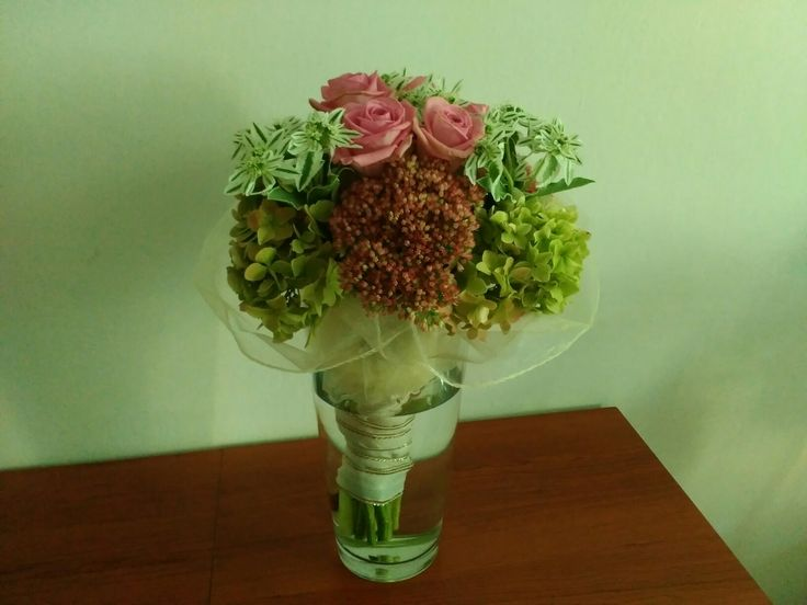 Květina z růží a hortenzií