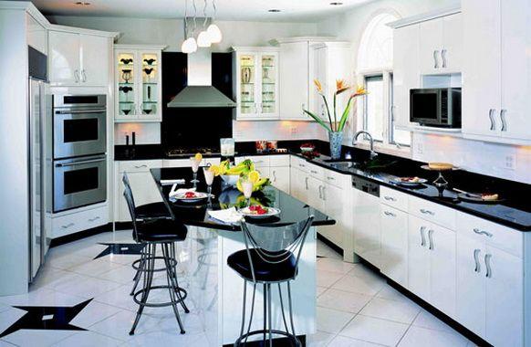 Siyah beyaz mutfak dolapları genellikle modern mutfak dolaplarında tercih edilse de klasik mutfak dolabı modellerine de uygulanmaktadır. Tüm mutfak dolabı malzemelerinde bulunabilen siyah ve beyaz renk için uygulanması da diğerlerine oranla daha kolaydır.