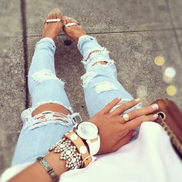 La tendencia de los pantalones rotos vuelve, entra en el post para conocer todos los detalles. #Ripped #jeans #died #vaqueros #rotos #sandalias #pulseras #street #style
