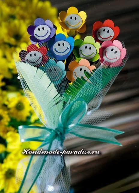 Auf folgende Seite erkennen Sie, wie kann man die wunderschöne Blumen aus Papier mit Kindern basteln. Die Anleitung ist auch dabei, schauen Sie mal.