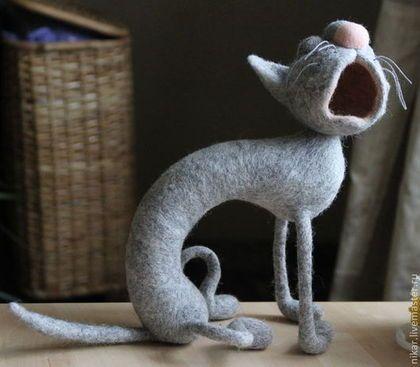 Купить или заказать Кот 'Весенняя серенада' валянный из шерсти в интернет-магазине на Ярмарке Мастеров. В наличии белая кошка с первого фото! Она кричит, поёт, жаждет люби. У неё на душе весна! Возможно изготовление кота (кошки) в другом цвете и размере. Мокрое и сухое валяние на каркасе. Размер 25 см.…