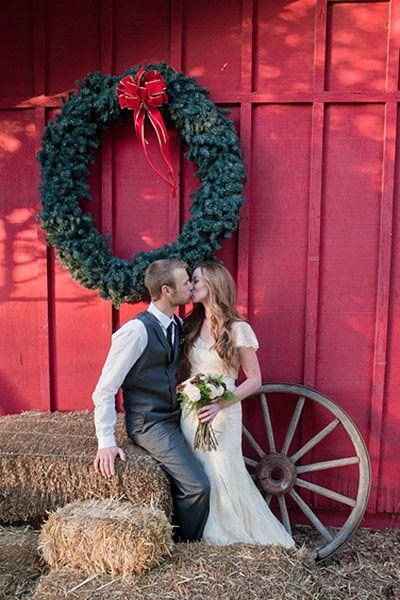 All my ideas in one. A Christmas/Barn wedding.   Photography idea <3