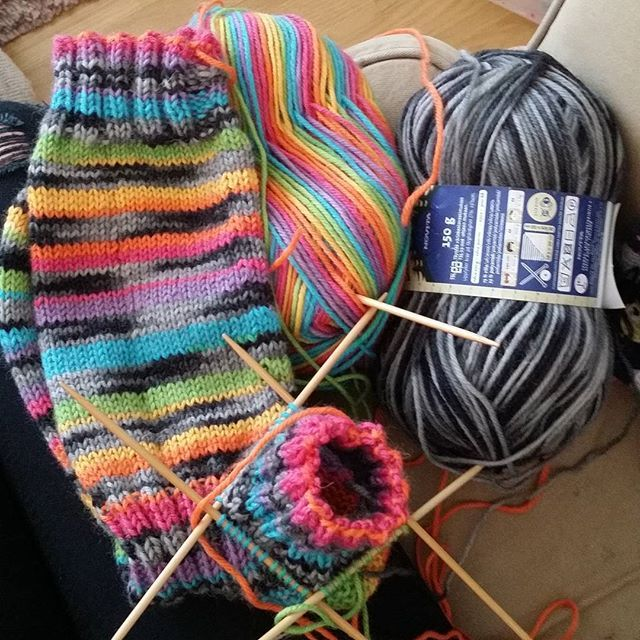 #novita #7veljestäraita #7veljestäviidakko #sateenkaari #kobra #räsymattosukat #knitting #knittersofinstagram #ilove
