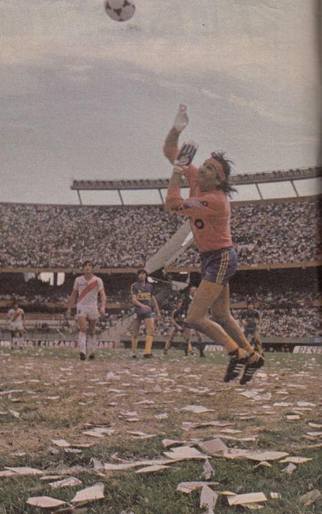 Hugo Gatti in a match vs. River Plate