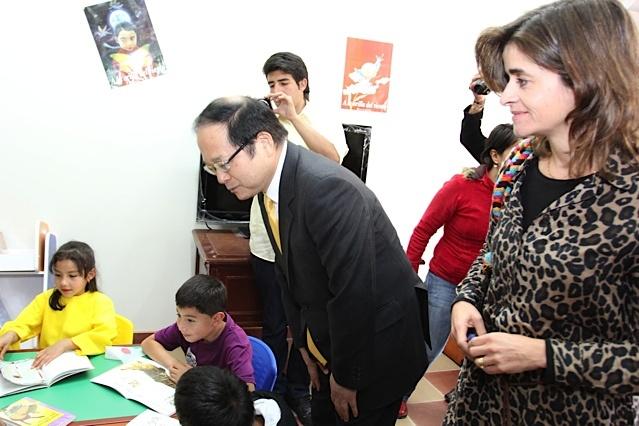 Embajador de Japón y Viceministra departen con  los niños / Crédito @Milton Ramírez (@FOTOMILTON) Mincultura 2012