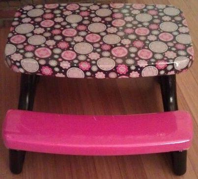Carolines Crafty Corner: Kids Picnic Table Redo - pick up a well worn kiddie table at yard sale and follow directions at Caroline's Crafty Corner