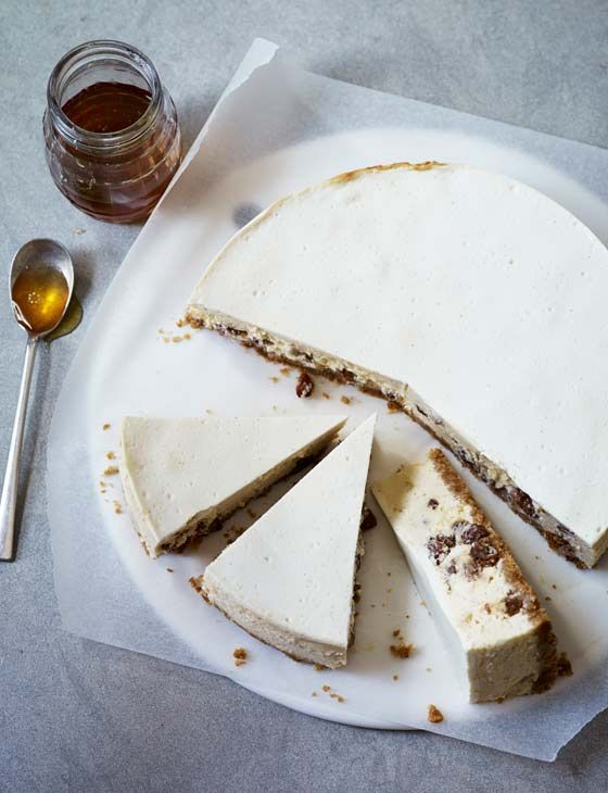 Honey, cinnamon and yogurt cheesecake with sultanas or dried cranberries