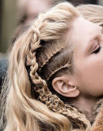 Cornrows zijn, van oorsprong Afrikaanse, ingevlochten haren. Variërend van allemaal kleine vlechtjes tot grote vlechten en kapsels waarbij de vlechten zijn opgestoken. Lees nu meer -->