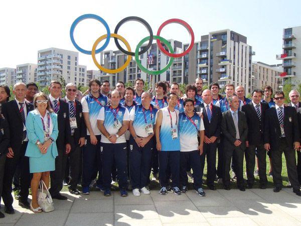 Estos personas son jugadores de Argentina. Ellos son en los Juegos Olímpicos. Ellos quieren ganar medallas.