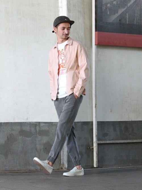 トレンドのピンクが春らしいブルゾンは、プリントTシャツや淡いカラーのジョガーパンツと合わせるのが正解。 軽さの出る春のカジュアルスタイルが完成です。