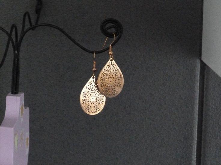 Boucles d'oreilles rose gold composées d'un laser cut émaillé en forme de goutte : Boucles d'oreille par oana-bruz