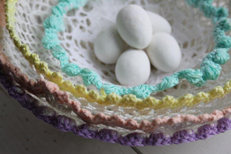 Lente mandjes van gehaakte kleedjes - doily uit inhaken op de lente