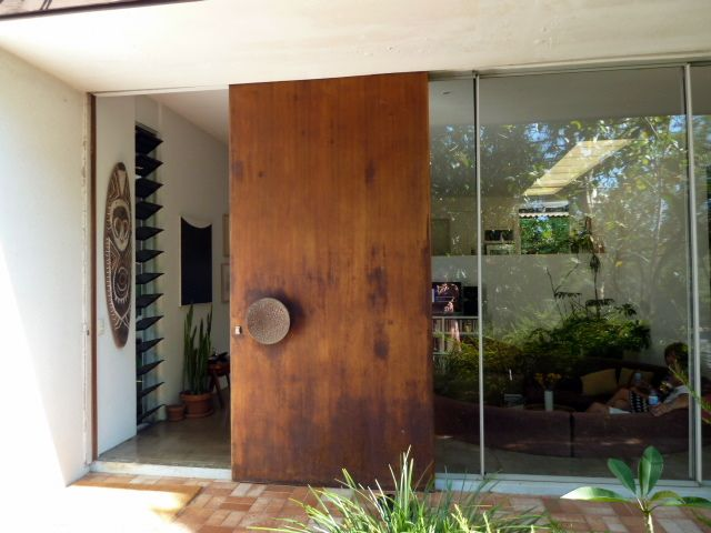 This door is ridiculous!!! Love it!  Fun and VJs: Mid-century homes in Bardon