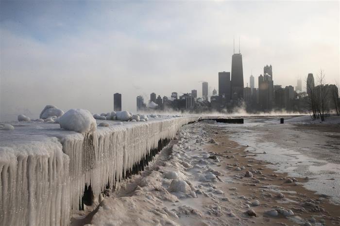 Best 2014 Science Pictures. Imagen tomada al principio del 2014,en el Lago Michigan, con la ciudad de Chicago de fondo