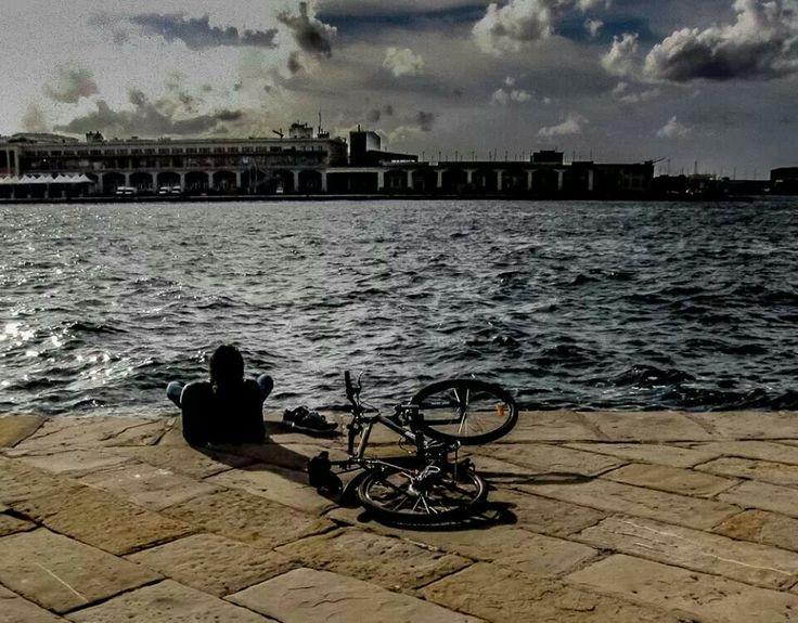 Relax ammirando il mare, dopo una bella pedalata. A Trieste!