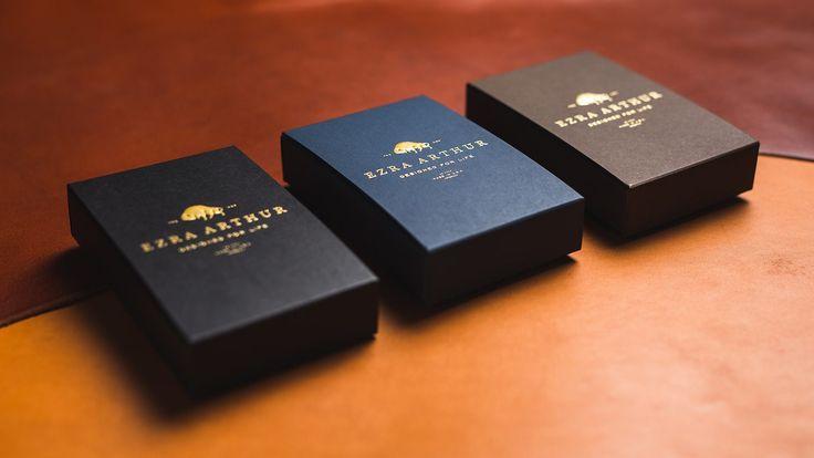 Dessa stilrena boxar omsluter våra plånböcker - Skaffa ditt exemplar redan ikväll!  #sawyerstreetgoods #läderplånbok #plånbok #korthållare #presenttips #gentleman #herrstil #herrmode #herraccessoarer #accessoarer #hantverk #handgjord #lyx #kvalitet #inslagning #inspiration