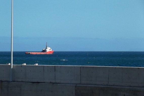 Rotes Frachtschiff nautisches Motiv Atlantik Madeira