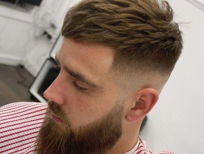 Coupe De Cheveux Court Homme Vers Lavant Et Barbe Hipster Hipster Frisur Haarschnitt Kurz Herrenhaarschnitt
