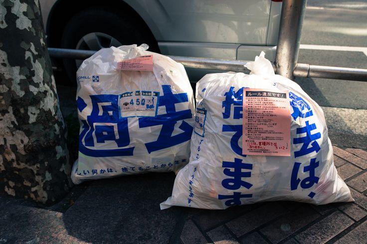 Tumblr: cojicoji-jp:  昔米国のテレビで金持ちの浮浪者がゴミ袋は捨てる為に作られてると言っていて妙に納得してしまいゴミ袋に対する価値観が変わり購入することがなくなった物に対する価値観が変わったと言えば東日本大震災3月11日はみんな喪に服し黙祷を捧げたとニュースで言って居ますが黙祷捧げてると言うかみんな写メ撮ってないか大統領でさえ葬儀で自撮するくらいだからグローバルスタンダードなんだろうか前を向いてと言う被災した人の声をテレビは多く流す希望的に復興に向かっているドラマ仕立てだ震災の津波で全て流された人は過去をどう捉えるのか残りの人生で失った物 を全て取り戻せるのだろうか過去に縛られず生きる事が目の前で大切な人を亡くした人は出来るのだろうかその辺りは曖昧なままだ被災した人の言葉 は本心なのだろうか報道を見ていて疑問を感じるそう考えないと取材なんかに答えられないのかもしれないマスコミもあえて傷を抉ろうとはしない被…