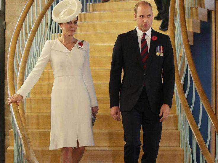 Kate und William nahmen an einer Gedenkveranstaltung in Belgien teil. Das Kleid, das die Herzogin dabei trug, scheint sie gerne aus dem Schrank zu ziehen. Prinz William (35) und Herzogin Kate (35) führten ihre royalen Pflichten am Sonntag nach Belgien. Dort nahmen sie an Gedenkfeiern für die...