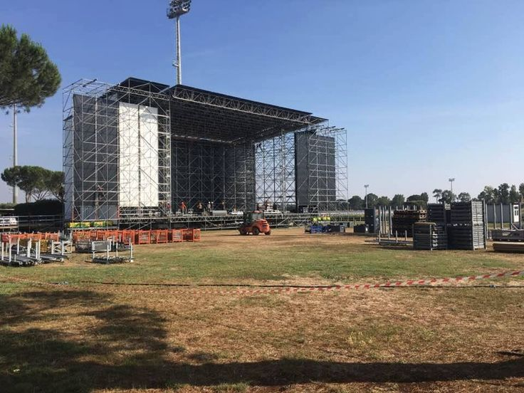 Grappling with a powerful #stage. Ready for the rock wave? #PostepayRockinRoma 2017 is coming!  #stagemanager #eventsmanagement #eventsplanner #productionmanagement #liveshow #roma #rockinroma #eventtech #eventsmanagement #productionlife