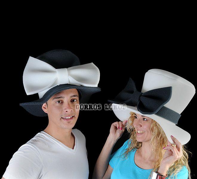 Los Gorros Lokos más elegantes y distinguidos para los novios, negro para él y blanco para ella.</p> <p>¡¡¡ Qué novios tan guapos !