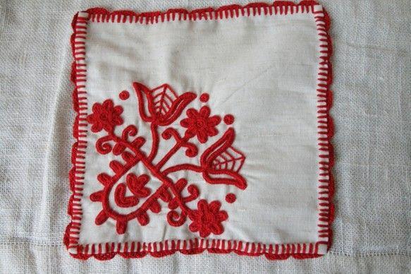 トランシルヴァニアの伝統刺繍、イーラーショシュ。専用の太い刺繍糸を使い、まるでコードのような立体的なステッチを作ります。2本のチューリップとマーガレットが花び...|ハンドメイド、手作り、手仕事品の通販・販売・購入ならCreema。