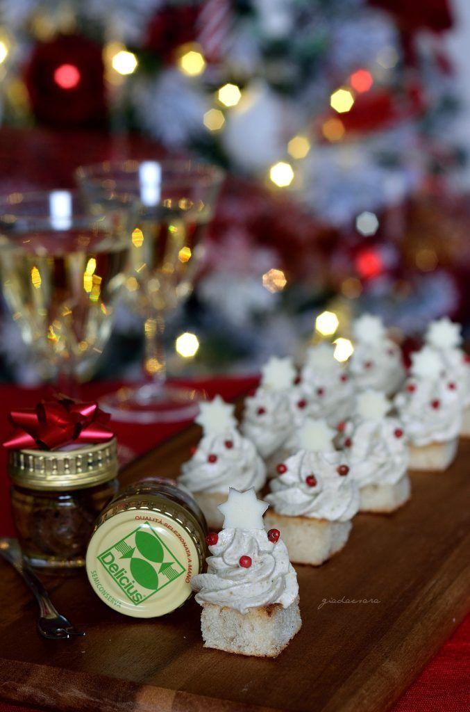 Crostini di pane natalizi con mousse alle alici e olive
