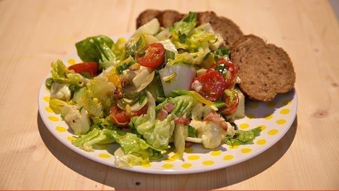 Brie perzik salade De Makkelijke Maaltijd    de      pijnboompitten uit de pan.Verhit een scheutje olie in dezelfde      koekenpan en bak de spekreepjes in circa 8 minuten goudbruin en krokant.Snijd...