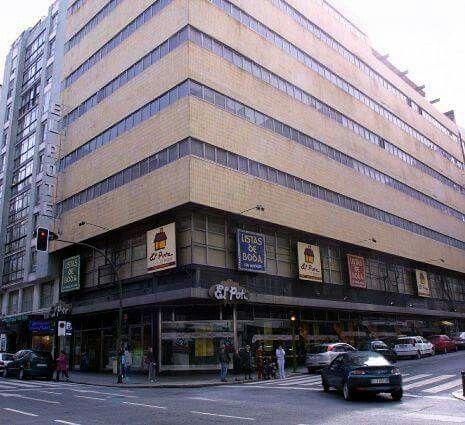 """Edificio Centro Comercial """"El Pote"""" que se encontraba  situado en Calle Juan Flórez, donde hoy se ubica el   """"Hotel Hesperia""""."""